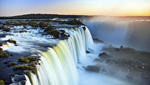Hình ảnh thác nước trong căn nhà kia chính là hình ảnh của là thác nước nằm trên sông Iguazu, biên giới của bang Paraná của Brasil và tỉnh Misiones của Argentina.(Ảnh: Internet)