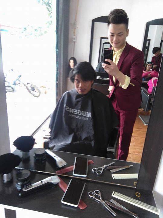 Cùng chụp với thợ cắt tóc. (Ảnh: Internet)
