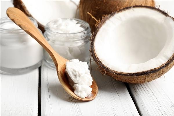 Dầu dừa giúp loại bỏ vi khuẩn răng miệng. (Ảnh: Internet)