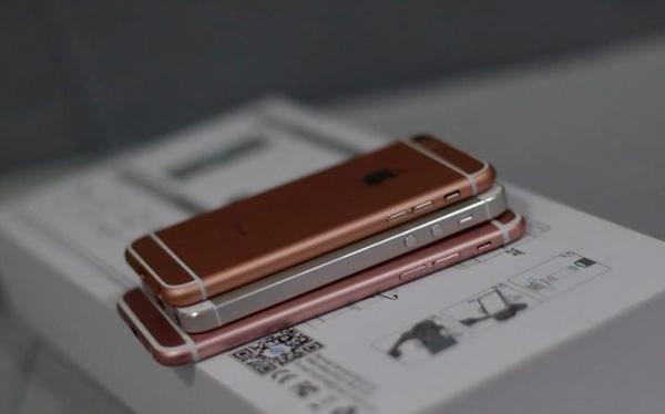 Liệu chiếc điện thoại trên cùng là iPhone SE? (Ảnh: Weibo)