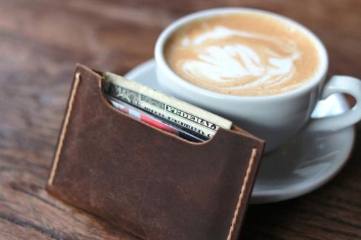 Cho vài gram muối biển vào một chiếc bọc nhựa rồi đặt vào ví tiền, tốt nhất là nhét vào một ngăn bí mật nào đó trong ví. Hàng tháng nên thay muối mới để cho linh nghiệm. (Ảnh: Internet)