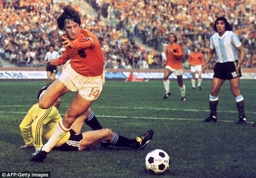 """Johan Cruyff trong màu áo """"Những người Hà Lan bay"""". (Ảnh: Getty Images)"""