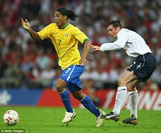 Ronaldinho dễ dàng vượt qua Carragher. (Ảnh: Getty Images)