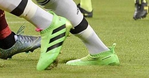 Đôi giày Pogba thi đấu trong trận gặp AS Roma. (Ảnh: Mirror.co.uk)