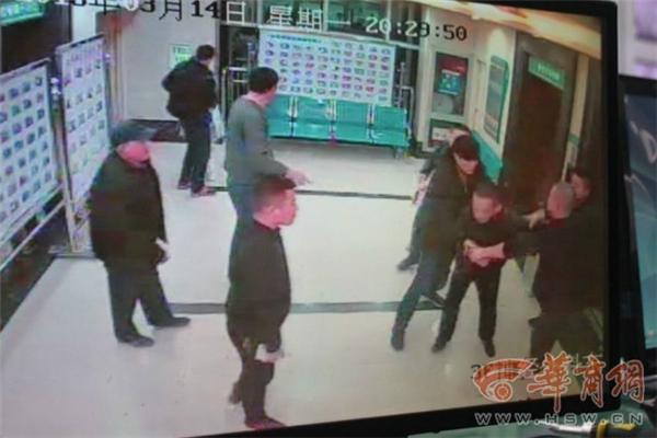 Một nhóm người nhà bệnh nhân đã nhanh chóng bắt gọn người đàn ông khi thang máy mở cửa. Ảnh: NetEase