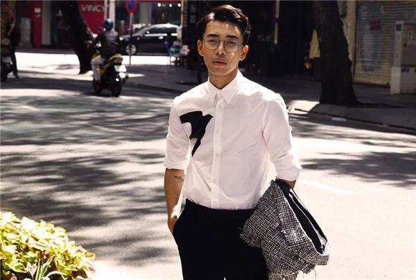 Chiếc áo vest kẻ sọc caro xám trắng dung hòa tuyệt đối với hai tông màu trắng, đen tương phản.