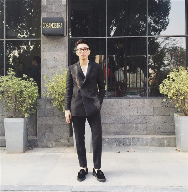 Mảng màu loang tạo nên hiệu ứng thị giác bắt mắt cho dáng vest đơn giản nhưng với đường cắt sắc sảo, tinh tế.