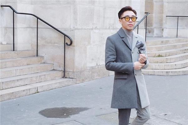 Hình ảnh đầy thu hút của Hoàng Ku trên đường phố Paris với dáng vest cách điệu. Phụ kiện đi kèm cùng việc hòa trộn hai tông màu sáng tối giúp bộ trang phục trở nên thú vị hơn.