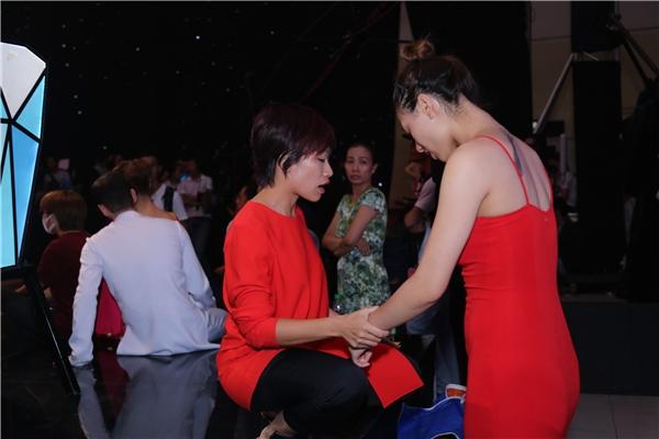 Trần Ly Ly chăm chút từng li từng tí cho học trò còn lại trong đội: người mẫu Hồng Quế. - Tin sao Viet - Tin tuc sao Viet - Scandal sao Viet - Tin tuc cua Sao - Tin cua Sao