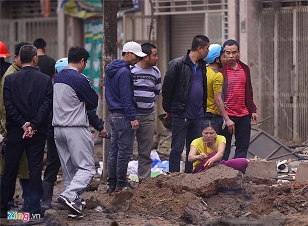 Người thân của các nạn nhân thắp hương cho họ tại hiện trường. Ảnh: Zing