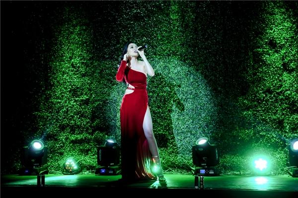 Nữ ca sĩ còn tham gia trình diễn trong buổi ra mắt địa điểm vui chơi mới này. Từng ca từ, giai điệu của bài hát nhận không ngớt lời tán thưởng của quan khách có mặt tại đêm tiệc. - Tin sao Viet - Tin tuc sao Viet - Scandal sao Viet - Tin tuc cua Sao - Tin cua Sao