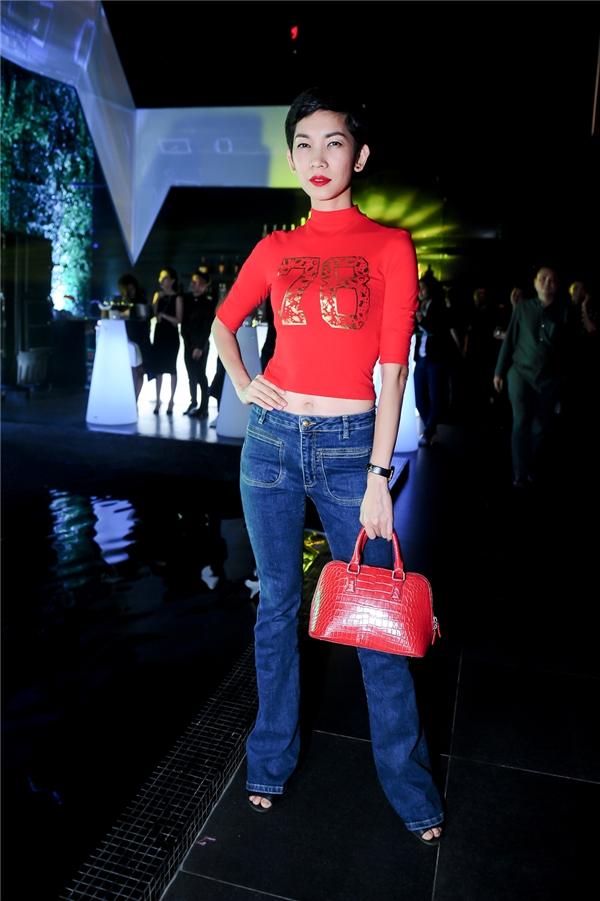 Siêu mẫu Xuân Lan trở nên trẻ trung, cá tính hơn với áo hở eo phối cùng quần jeans skinny cổ điển. - Tin sao Viet - Tin tuc sao Viet - Scandal sao Viet - Tin tuc cua Sao - Tin cua Sao