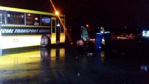 Nhân viên cứu hộ làm việc gần hiện trường vụ tai nạn máy bay. Ảnh: Twitter Christopher Miller