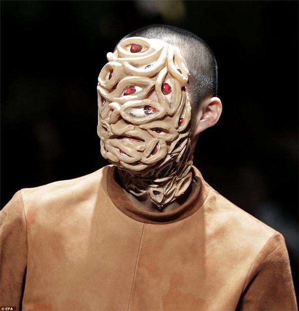 Gương mặt người mẫu được che phủ bằng một lớp mặt nạ xù xì.
