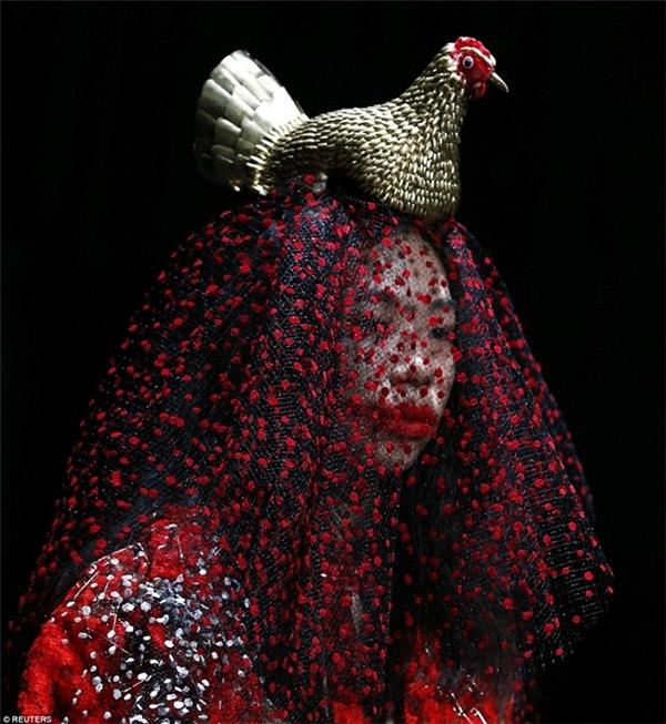 Những màn hóa trang nổi da gà ở Tokyo Fashion Week