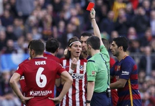 """Felipe Luis nhận thẻ đỏ trực tiếp sau tình huống """"triệt hạ"""" Lionel Messi. (Ảnh: Mirror)"""