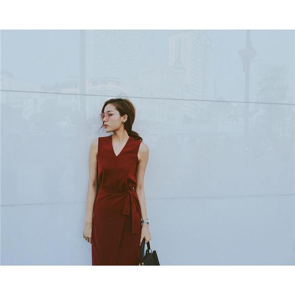 Kỳ Duyên lại chọn tạo hình thanh lịch với dáng váy cổ điển. Thiết kế với tông màu đỏ rượu làm tăng thêm nét sang trọng, quý phái cho Hoa hậu Việt Nam 2014 giữa đời thường.