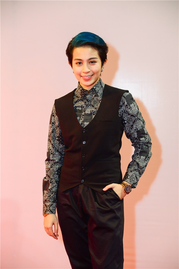 Vẫn theo đuổi phong cách nam tính, hình ảnh Gil Lê trong chiếc áo vest đen cùng quần âu luôn thu hút sự chú ý của mọi người. - Tin sao Viet - Tin tuc sao Viet - Scandal sao Viet - Tin tuc cua Sao - Tin cua Sao