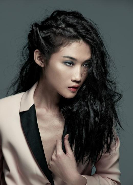 Kiểu tóc fearless lệch phóng khoáng mô phỏng kết cấu thông minh, tối giản trong bộ sưu tập của Đặng Hải Yến.