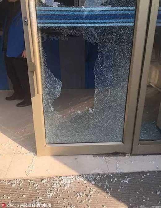 Có thể thấy hai cánh cửa kiếng của cây ATM đã vỡ vụn. (Ảnh: Internet)