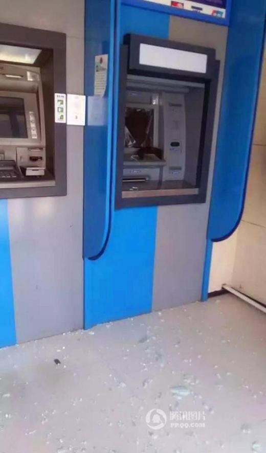 """Màn hình của cây ATM """"vô dụng"""" cũng vỡ tan. (Ảnh: Internet)"""