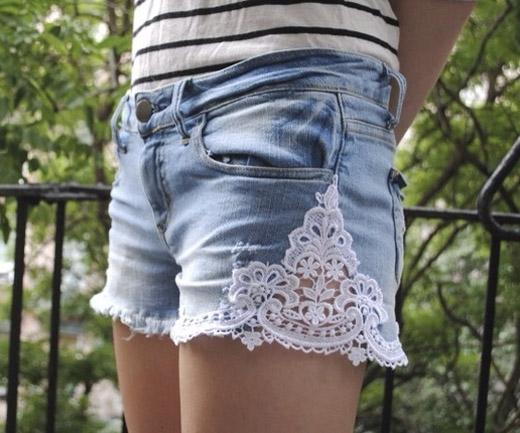 Tạo cảm giác cổ điển và mêm mại cho chiếc quần jeans cá tính bằng cách may thêm vải ren vào quần.(Ảnh: Internet)