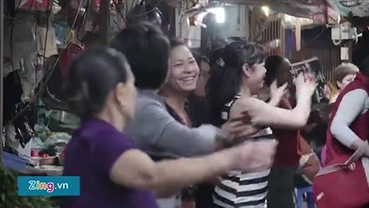 Dân mạng thích thú với clip các mẹ tập Aerobic... giữa chợ