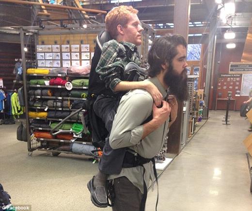 Kevan cùng anh bạn Tom Troyer với chiếc ba lô tự chế. (Ảnh: Daily Mail)