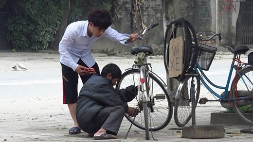 Rơi nước mắt với trải nghiệm thử lòng cụ ông nghèo vá xe đạp
