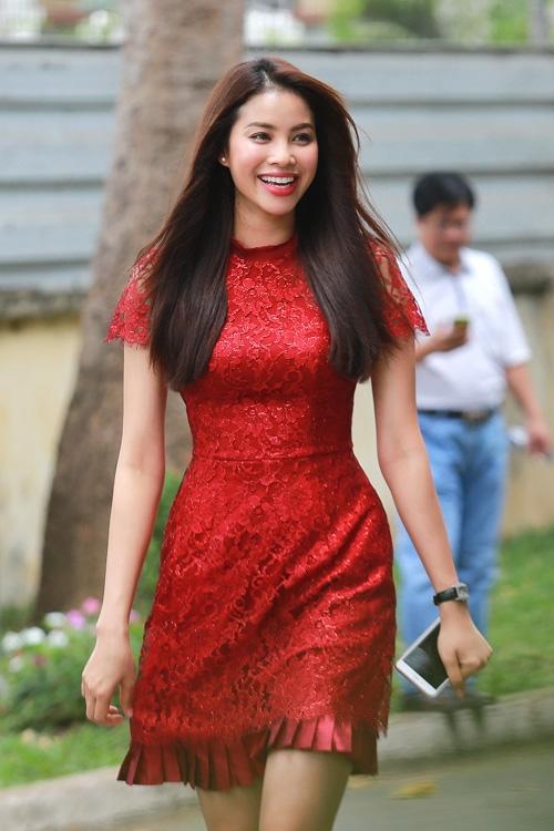 Phạm Hương, Midu rạng rỡ với trang phục kín cổng, cao tường