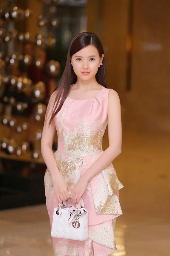 Midu luôn dành tình yêu mãnh liệt cho những bộ váy kín đáo, thanh lịch. Trong đêm tiệc vừa qua, nữ diễn viên mang lại vẻ ngoài ngọt ngào trong thiết kế của Phương My. Bộ váy sử dụng sắc hồng thạch anh làm chủ đạo kết hợp những họa tiết loang màu ánh kim nổi bật.