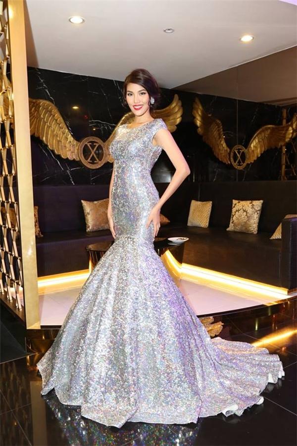 Trong đêm tiệc thu hút nhiều mĩ nhân vừa qua, Lan Khuê thực sự trở thành tâm điểm khi diện bộ váy ánh kim nổi bật. Không khó để nhận ra thiết kế này từng được cô mang đến Hoa hậu Thế giới 2015.