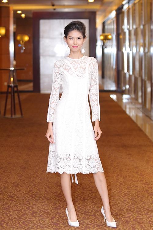 Thùy Dương điệu đà, gợi cảm nhưng không kém phần sang trọng khi diện bộ váy ren trắng với những đường gấp li nhỏ tinh tế.