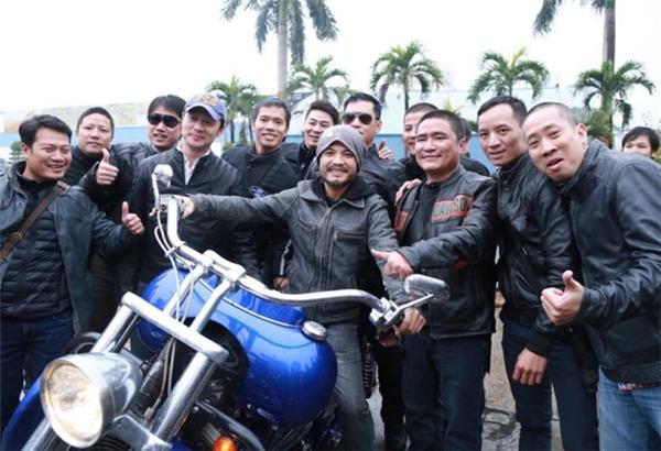 Trần Lập và MC Anh Tuấn hội ngộ cùng những người bạn có cùng niềm đam mê chơi xe.Ảnh:Tuổi Trẻ - Tin sao Viet - Tin tuc sao Viet - Scandal sao Viet - Tin tuc cua Sao - Tin cua Sao