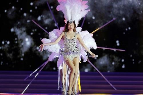 """Trước đó, bộ trang phục được đính lông cầu kì của Maya cũng bị cho rằng """"hao hao"""" giống thiết kế Hồ Ngọc Hà từng diện trên sân khấu đêm chung kết Hoa hậu Hoàn vũ Việt Nam 2015."""