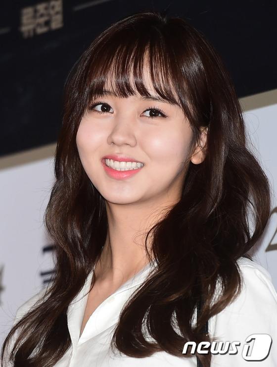 Kim So Hyun có mặt để ủng hộ nam diễn viên Ji Soo – bạn diễn của cô trong phim truyền hình sắp tới mang tên Page Tuner.