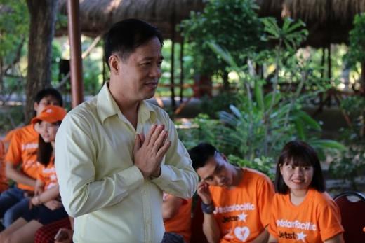 Khởi động chương trình, PGS-TS Huỳnh Văn Sơn chia sẻ kinh nghiệm hẹn hò và giúp phá bỏ rào cản ngại ngùng giữa các thành viên.