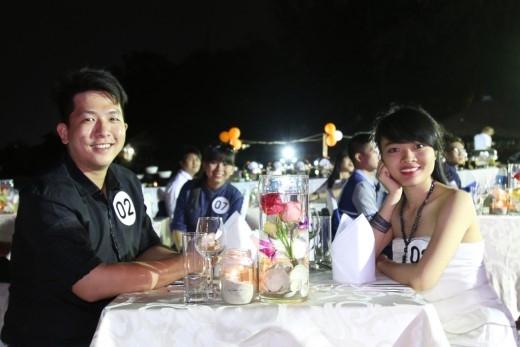 Các cặp đôi cùng nhau tham gia bữa tiệc lãng mạn dưới ánh nến.