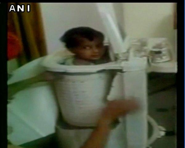 Cậu bé tò mò bị kẹt cứng trong máy giặt. Ảnh: ANI News