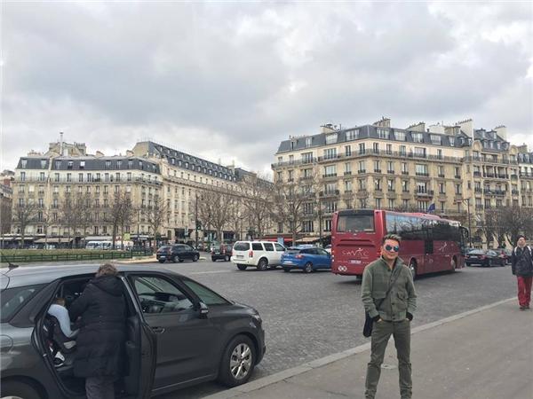 Đàm Vĩnh Hưng trong bộ cánh thời trang tại một đại lộ ở Paris. - Tin sao Viet - Tin tuc sao Viet - Scandal sao Viet - Tin tuc cua Sao - Tin cua Sao