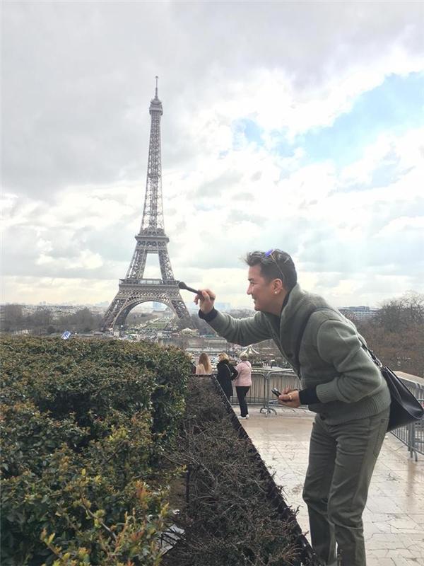 Hình ảnh Mr.Đàm cầm cọ trang điểm để….tô vẽ cho tháp Eiffel khiến mọi người phải bật cười. - Tin sao Viet - Tin tuc sao Viet - Scandal sao Viet - Tin tuc cua Sao - Tin cua Sao
