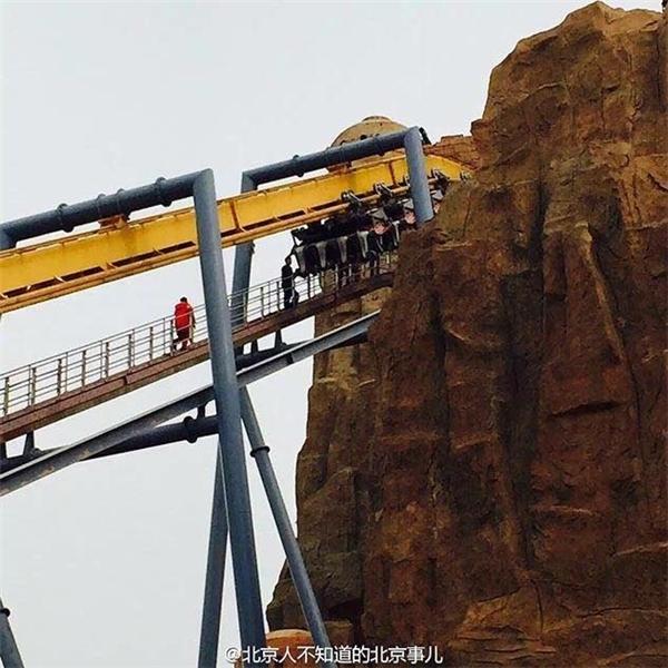 Hình ảnh đoàn tàu lượnđột ngột dừng hoạt động trong tư thế lộn ngược khiến du khách hoảng sợ. Ảnh: Sina