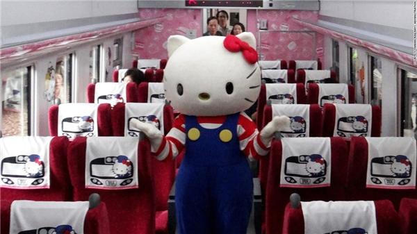 Linh vật Hello Kitty xuất hiện trên tàu để chào đón những hành khách đầu tiên.(Ảnh: CNN)