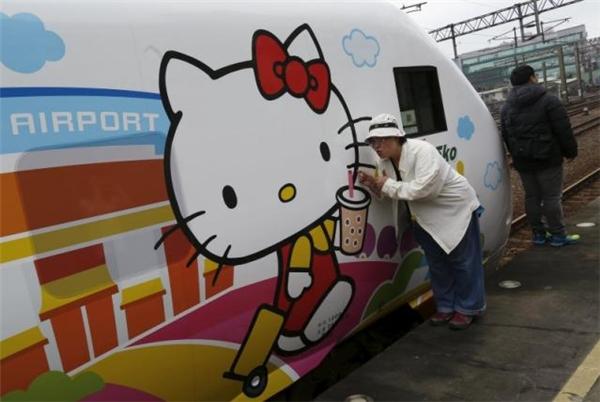 ... và các cụ ông, cụ bà cũng bị đoàn tàu Hello Kitty thu hút. (Ảnh: Reuters)