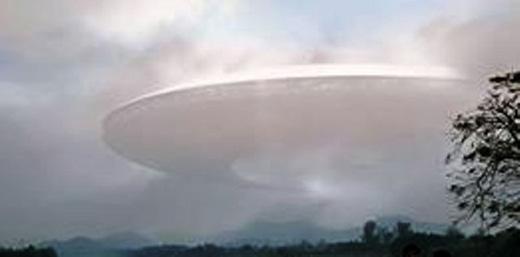 Đám mây giống như hình đĩa bay trên bầu trời gần chùa Thiên Mụ (Huế). Ảnh nhân vật cung cấp.