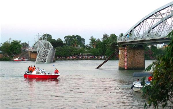 Cầu Ghềnh bị sập khiến giao thông tê liệt, thiệt hại hàng tỉ đồng. Ảnh: Internet