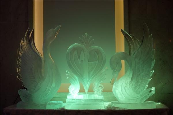 Đôi thiên nga chạm trổ kì công được sử dụng làm vật trang trí ấn tượng trong không gian đêm tiệc. - Tin sao Viet - Tin tuc sao Viet - Scandal sao Viet - Tin tuc cua Sao - Tin cua Sao