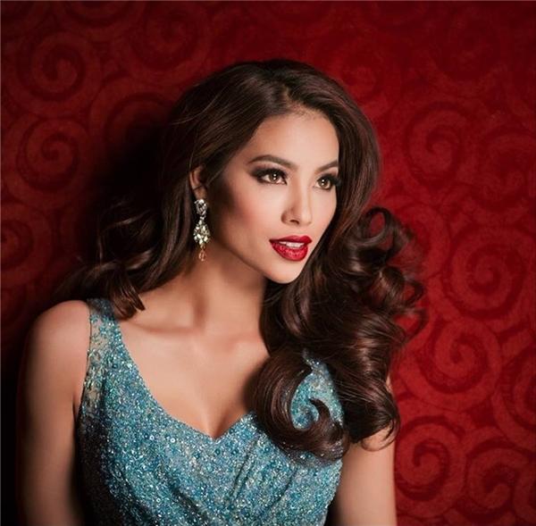 Hoa tai hình giọt nước lại là lựa chọn của người đẹp này khi đến với Hoa hậu Hoàn vũ 2015. Chúng giúp gương mặt của cô trở nên sáng bừng và nổi bật hơn.