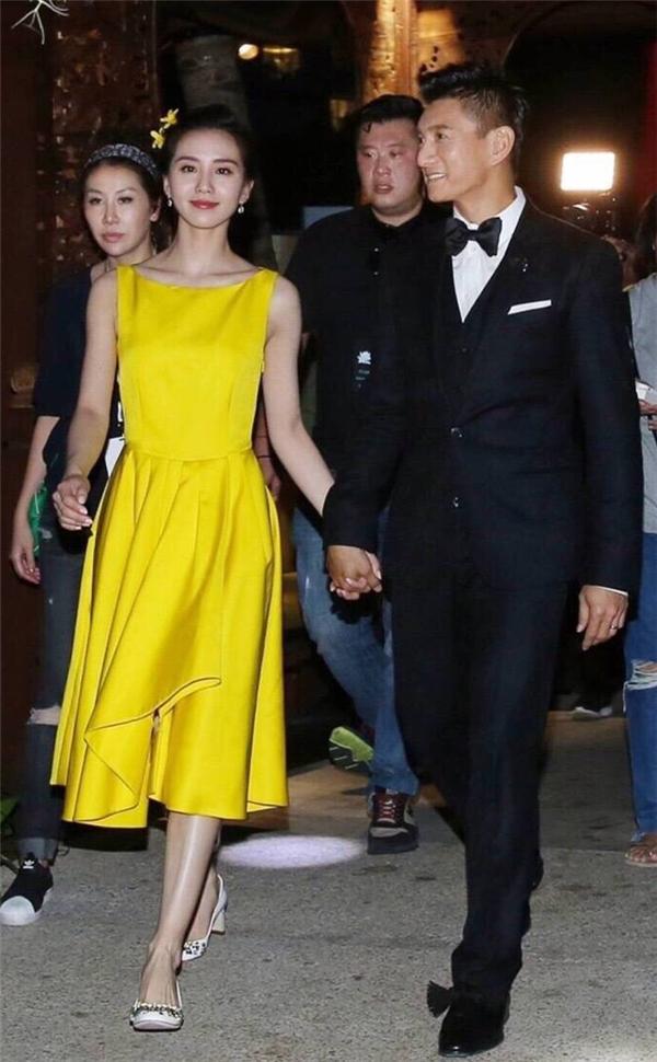 Bộ váy vàng mặc trong đêm tiệc ngày 19/03
