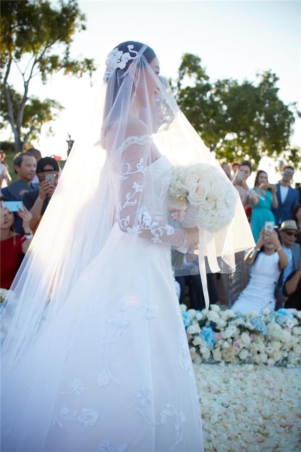 Bộ váy cưới sang trọng và đẳng cấp